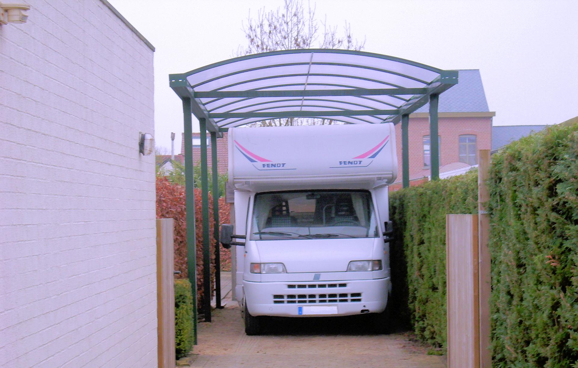Grünes Alucarport für Wohnmobil