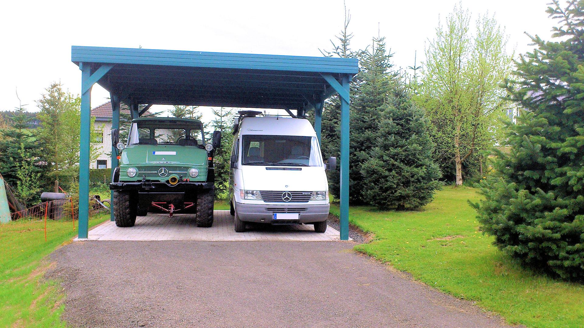 Grünes Doppelcarport aus Holz für Wohnmobile und Nutzfahrzeug