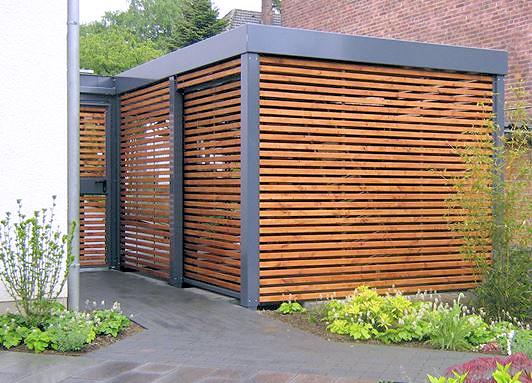 Carport aus Stahl zum Garten abgetrennt