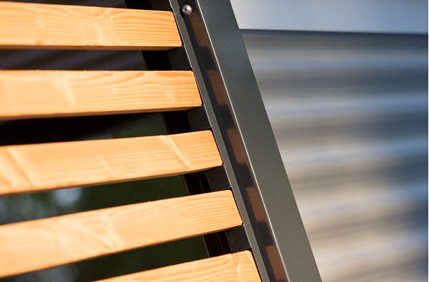 Lamellen-Sichtschutz und Stahlwelle für Carports aus Stahl