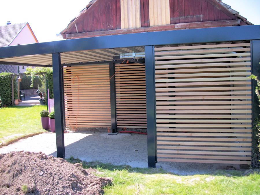 Carport aus Stahl mit Garagentor und Sichtschutz-Lamellen