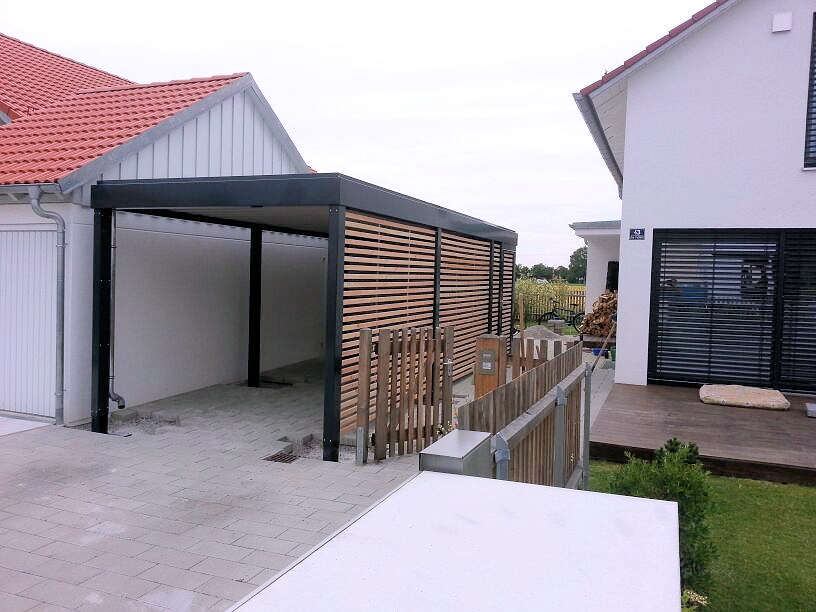 Carport aus Stahl mit integriertem Geräteraum