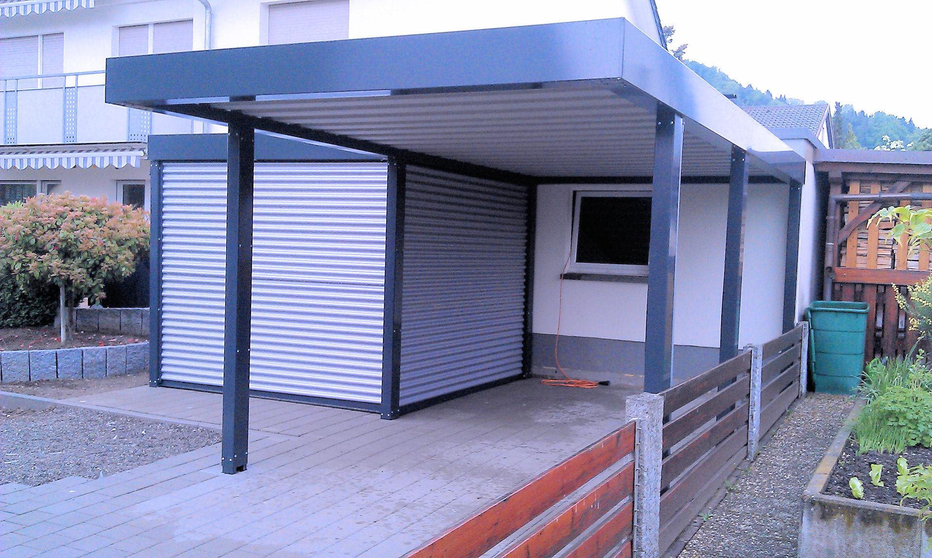 Carport aus Stahl mit seitlichem Geräteraum