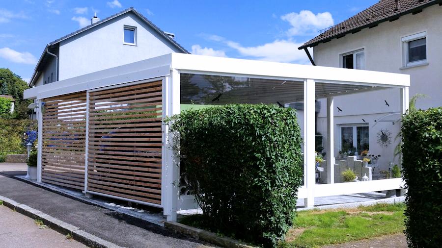 Carport aus Stahl mit Sicht- und Windschutz