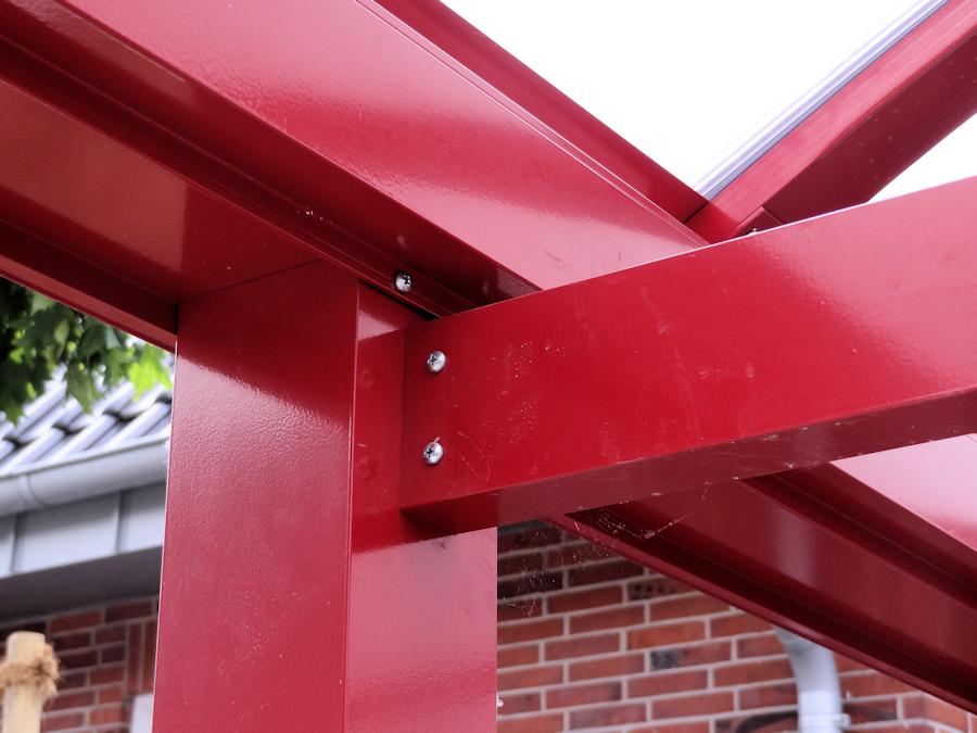 Bogendachcarport aus Aluminium in Rot mit opalfarbenem hagelsicheren Polycarbonatdach