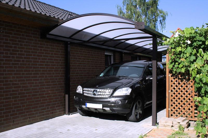 Braunes Carport aus Aluminium mit Opalfarbenem Polycarbonatdach